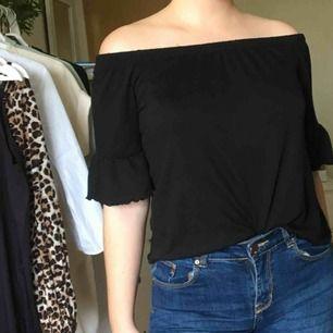 Snygg svart tröja med 3/4 arm med fin volang. Är i storlek XS men passar en S. Nypris cirka 200. Frakt tillkommer och tar endast swish. byebye