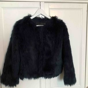 MÖRKBLÅ begagnad fake fur-jacka från Zara! Står storlek L men den sitter mer som en M. Fint skick. Köparen står för frakten, endast swish 🌱