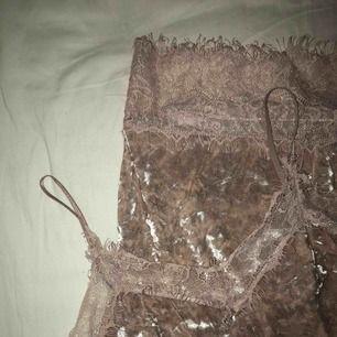 Ljusrosa sammetsklänning från Bik Bok! Använd några gånger, fint skick annars. Dragkedja baktill. Den är väldigt stretchig så den passar säkert M med. Köparen står för frakten, endast swish 🌱