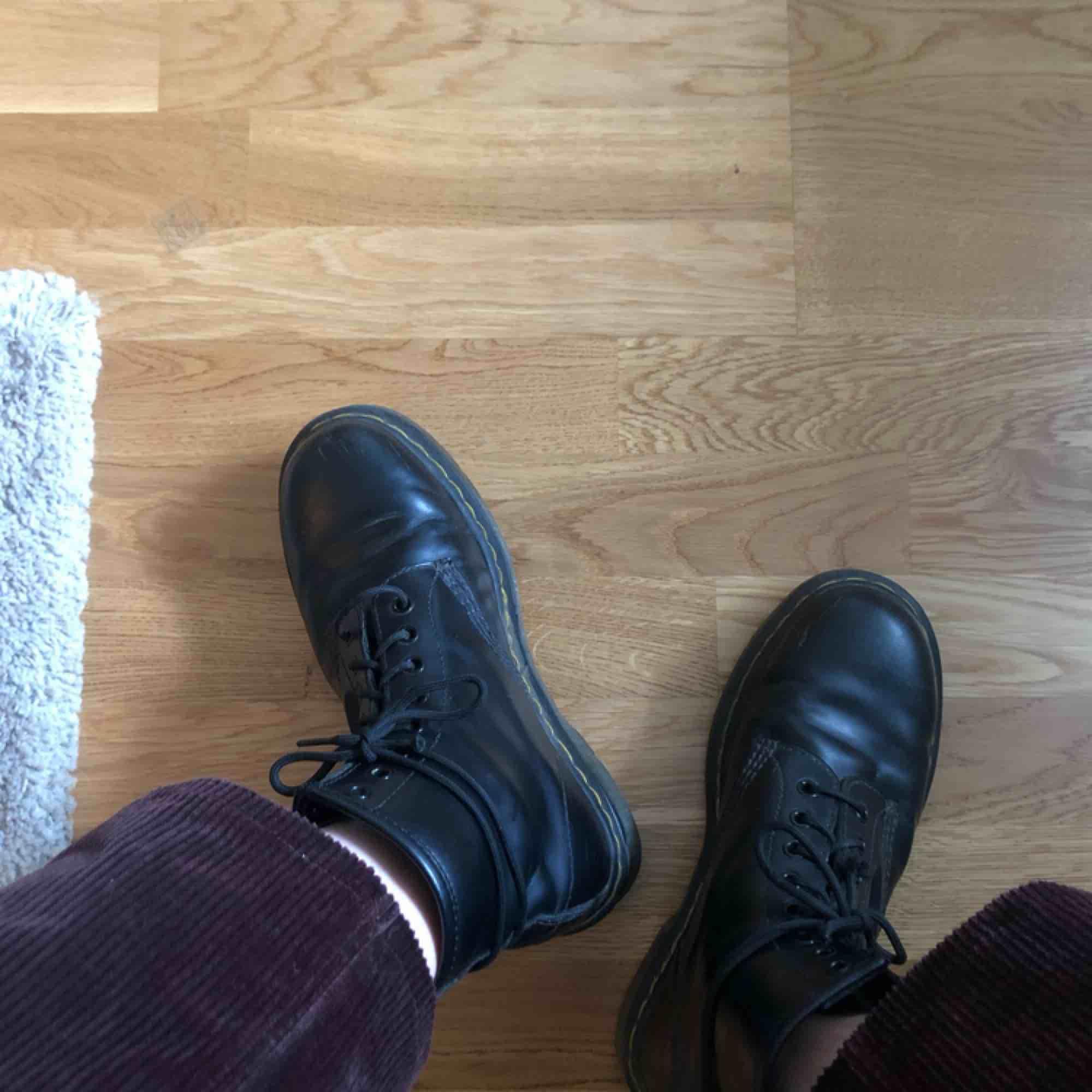 UK 6/EU 39. Använda i några månader och felfria förutom att en tråd ena snöret har gått upp lite. Jag skickar med ett par skosnören! Möts upp i Stockholm eller fraktas 🌹. Skor.