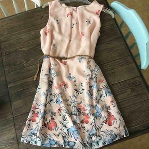 Helt oanvänd jätte fin och somrig klänning :) det står 40 på klänningen men det är mer en 34/36a