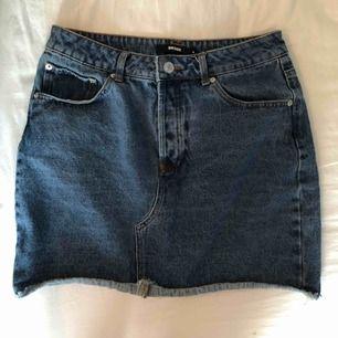 Mörkblå (!) jeanskjol från Bik Bok! Använt rätt mycket men det är inga hål eller liknande på den. Köparen står för frakten, endast swish! 🌱