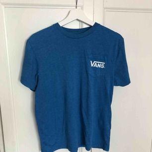 Blå t-shirt från Vans. Fint skick! Köparen står för frakten, endast swish 🌱