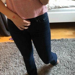Ett par äkta ( såklart) levis jeans, bootcut. w24 priset är inkl frakt!⚡️