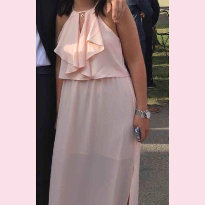 Superfin rosa klänning från New Look. Passar perfekt till avslutningsmiddag eller balen! Använd en gång och frakten ingår. Klänningar.