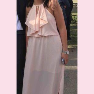 Superfin rosa klänning från New Look. Passar perfekt till avslutningsmiddag eller balen! Använd en gång och frakten ingår
