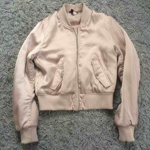 Jätte snygg rosa bomber jacka från H&M. Använd men inte sliten. Har en liten fläk på sida men inget som syns. Köparen betalar för frakt