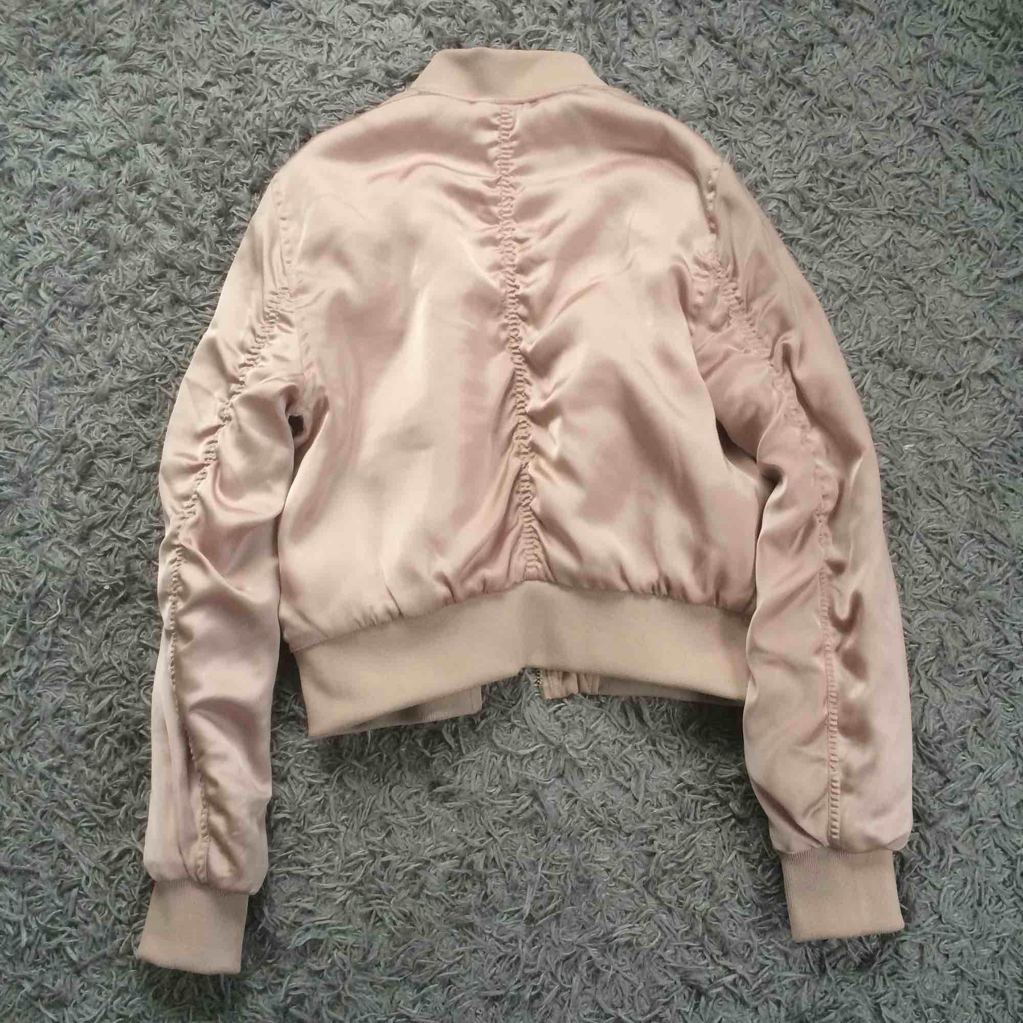 Jätte snygg rosa bomber jacka från H&M. Använd men inte sliten. Har en liten fläk på sida men inget som syns. Köparen betalar för frakt. Jackor.