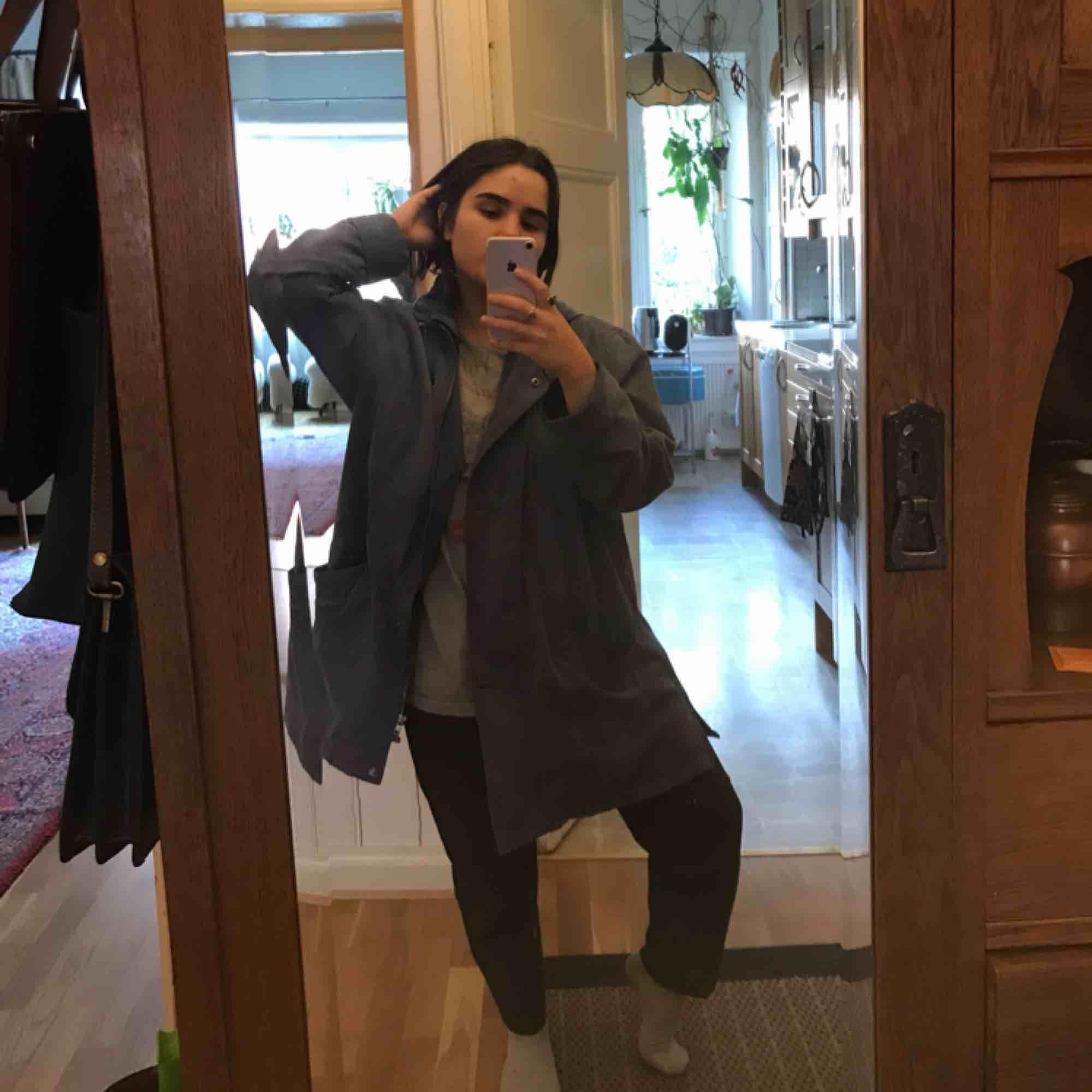 sjukt snygg blå jacka. tyget känns som sammet och har en luva som går att ta av. jätte fin till vår/sommar eftersom färgen är så klar men ändå ned tonad. älskar såå mycket men har inte plats i min garderob längre <33. Jackor.