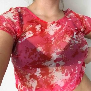 Genomskinlig flowy tshirt i ett gulligt batikmönster💗 Möts upp i Gävle eller fraktar för 9kr