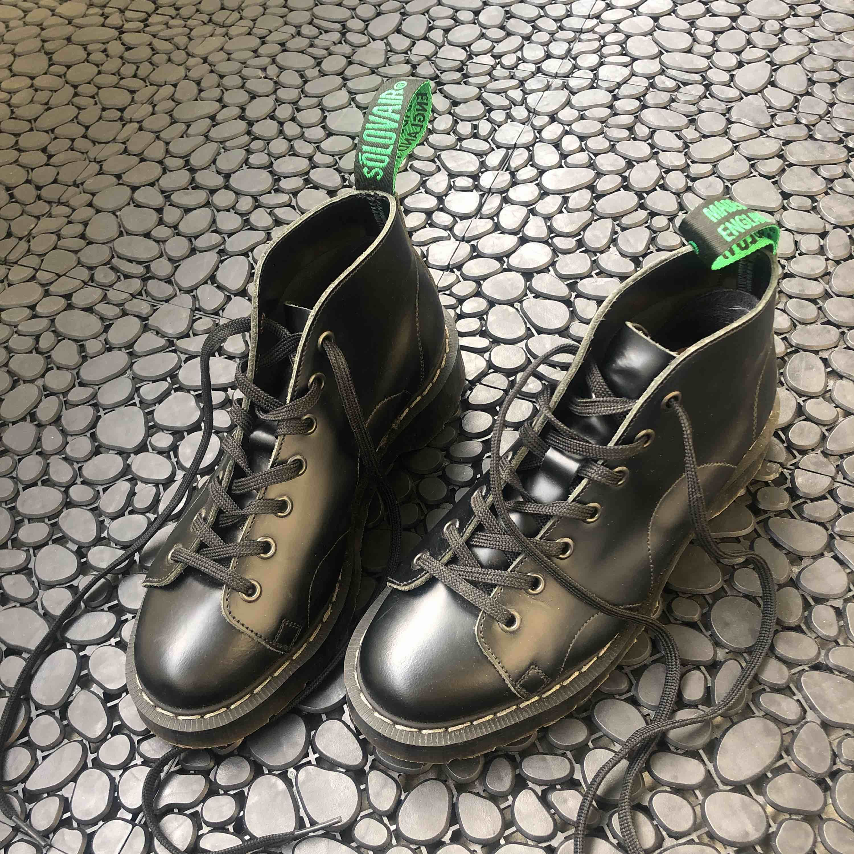 MONKEY BOOT BLACK LONDON endast provat, råkat köpa för små💔ska köpa om dom! Coolare än Dr.martens. Originella & inte som alla andra. Ifrån Sko-Uno Sthlm. Nypris:1699:- 1000:- prutat & klart! Köparen står för frakt eller möts upp. @-kvitto finns. Skor.