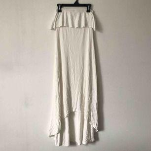 Krämvit klänning från Gina Tricot. Har en liten fläck som man ser i bild 3, men den syns knappt och borde egentligen gå bort i tvätten☁️ Möts upp i Gävle eller fraktar för 54kr