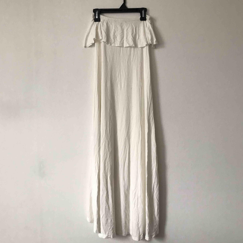 Krämvit klänning från Gina Tricot. Har en liten fläck som man ser i bild 3, men den syns knappt och borde egentligen gå bort i tvätten☁️ Möts upp i Gävle eller fraktar för 54kr. Klänningar.