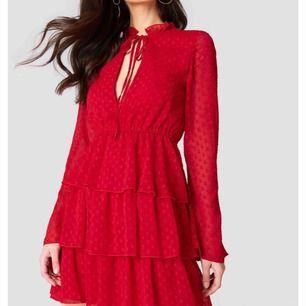 linn ahlborg x nakd klänning i rött med spetsdetaljer, i nyskick då den endast är använd 1 gång 😊 kan fraktas