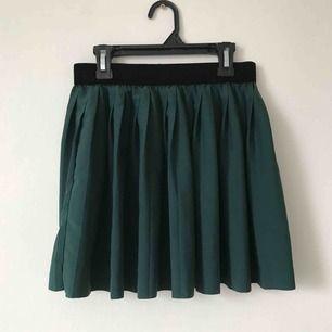 Mörkgrön kjol med svart sammetsband🦚 Möts upp i Gävle eller fraktar för 36kr