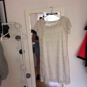 En jättefin vit spetsklänning, passar inte mig och har använt en gång! Perfekt inför skolavslutning/student eller bara till sommaren och även jättefin med ett skärp i midjan eller fin som den är! 😊 köpt för 299kr
