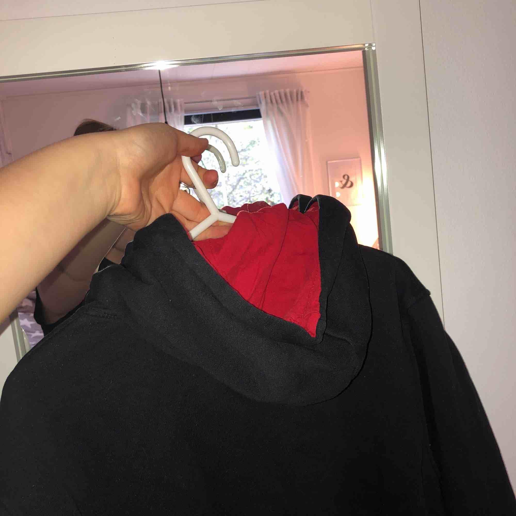 Ingen aning vart ifrån den kommer, använt nån gång och säljer pga jag aldrig använder den!  Mysig hoodie med obey märke . Huvtröjor & Träningströjor.
