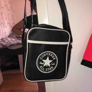 Äkta converse väska! Jätte bra skick, använt några gånger men den är som ny!