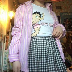 Superfin randig skjorta i ljusrosa med ljusgula randiga streck. Köpt secondhand :) frakt 42kr annars möts jag i Stockholm