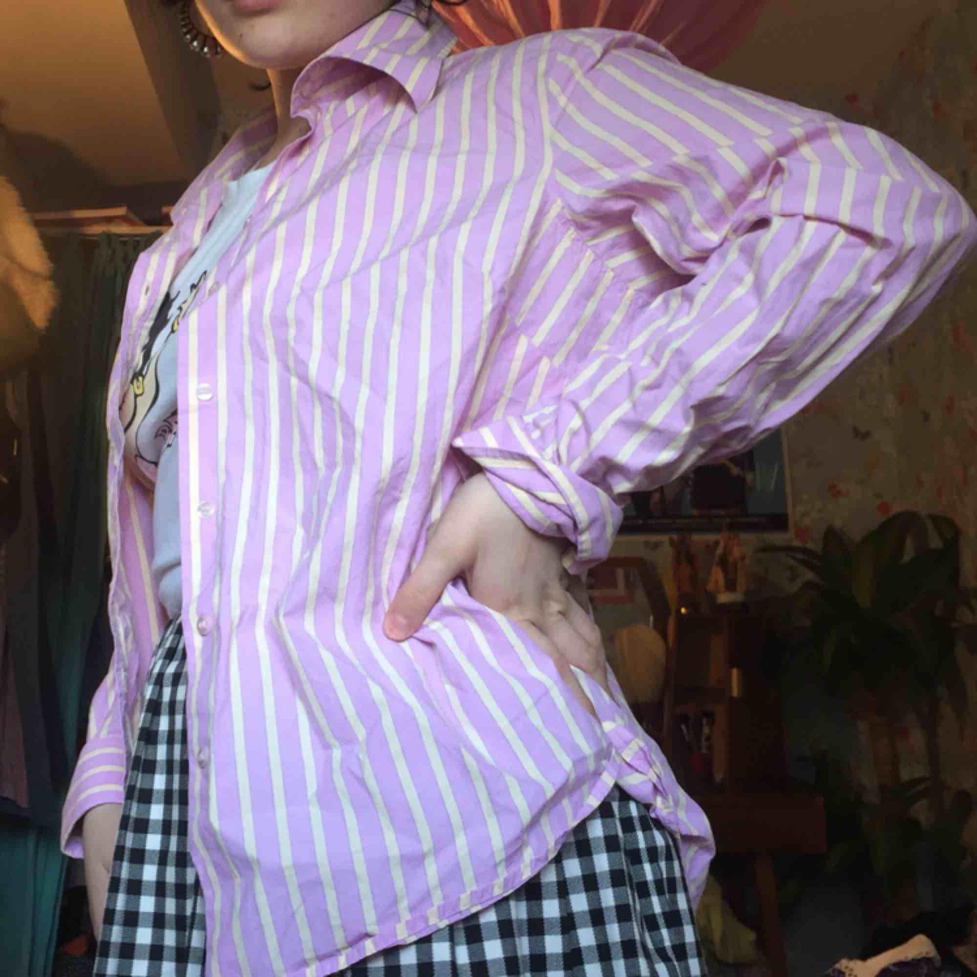 Superfin randig skjorta i ljusrosa med ljusgula randiga streck. Köpt secondhand :) frakt 42kr annars möts jag i Stockholm . Toppar.