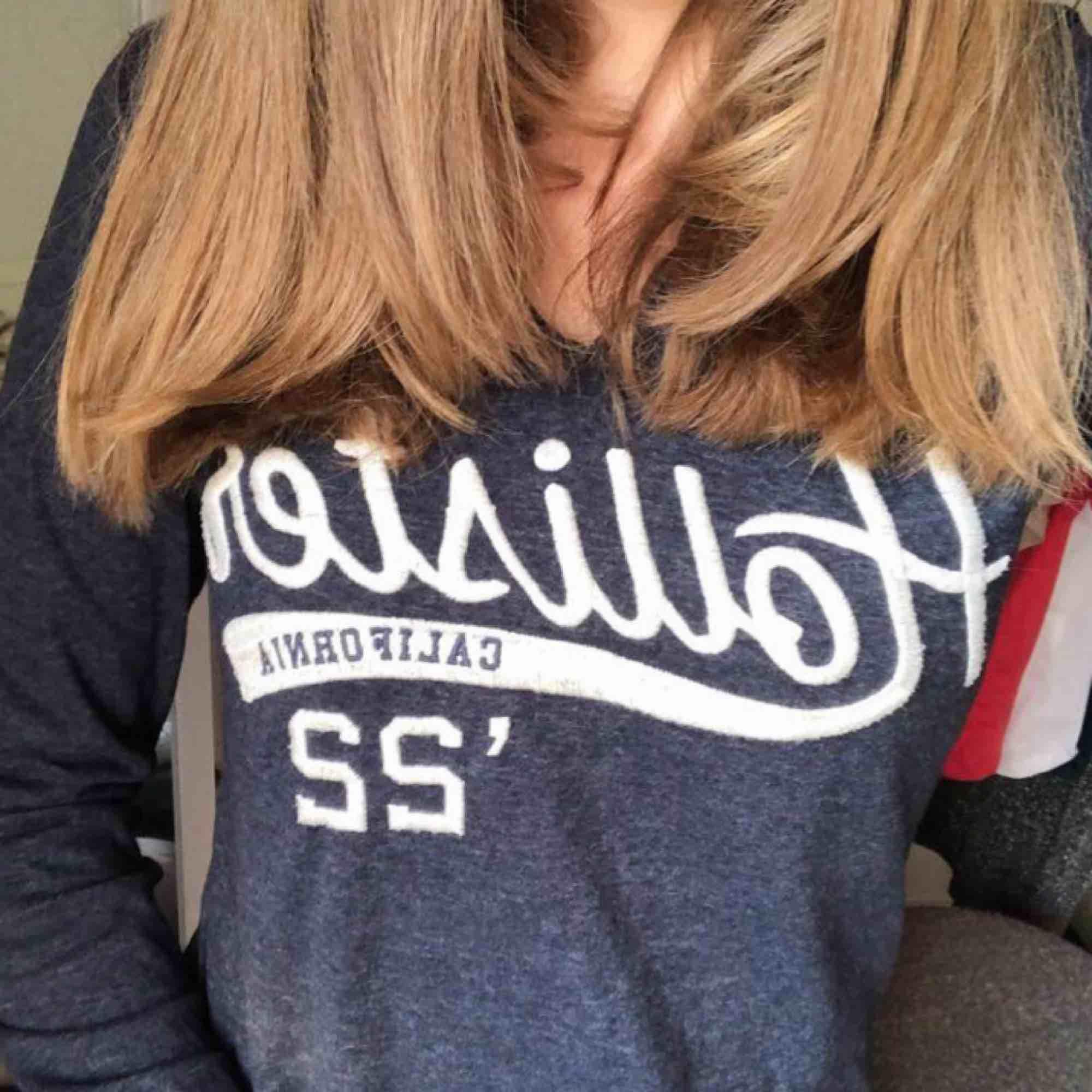 Tunn luv-tröja från Hollister. Perfekt för svala sommarkvällar !! Frakten står köparen för :). Huvtröjor & Träningströjor.