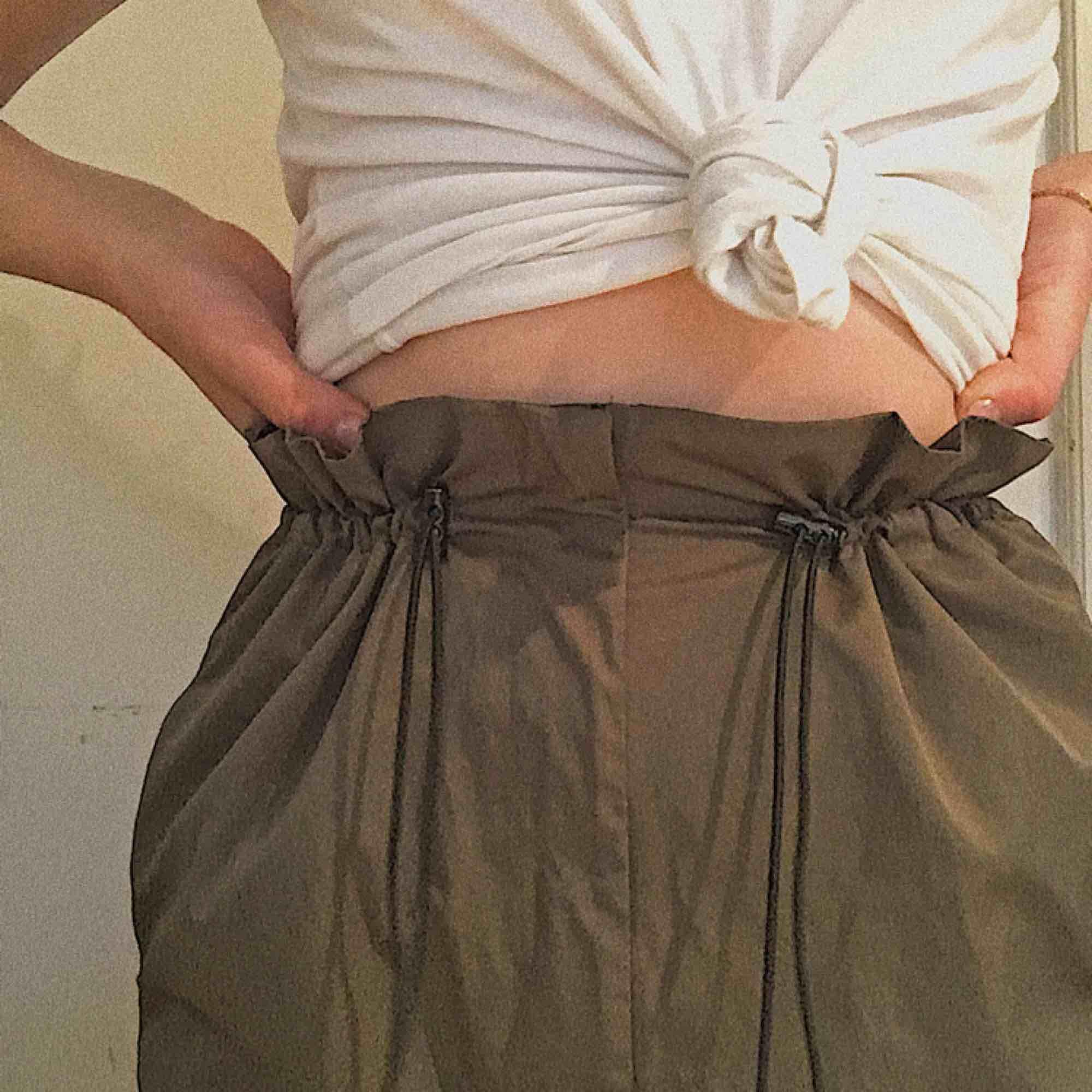 Jättecoola mörkgröna byxor med unik design i midjan. Kommer aldrig till användning och behöver därför ett nytt hem:) 💗. Jeans & Byxor.