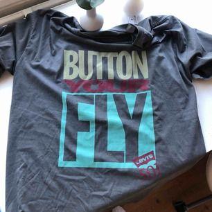 Så oversized cool tshirt från levi's som jag fick i present. Känner dock inte att jag passar i den och helt oanvänd, därav är prislappen kvar. Nypris:349kr Frakt tillkommer cirka 50kr annars möts vi upp i Örebro.