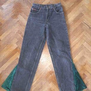stuprörs svarta stentvättade jeans med ditsytt sammetsdetalj från märket Weipper. Mina favorit byxor som tyvärr blivit för små.😥 De är köpta från second hand butik i Berlin för ca 500kr därav priset som går att diskutera! Skriv för fler bilder!