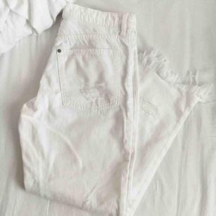 As fina vita jeans🌼helt nya! Har ej swish så kan bara ta emot kontanter, möts upp inom stockholm eller hämtas i vällingby🌸