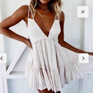 Jättefin vit klänning från DMretro i stl xs. Endast använd en gång. Perfekt för skolavslutning/sommaren!🌸 Org. pris 700kr. Jag kan stå för frakten! Skriv om du undrar något!