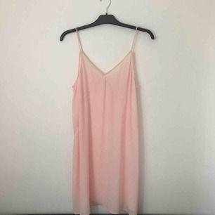 Drömmig ljusrosa slipdress från Gina i storlek 38! Den är aningen genomskinlig men är fin med en t-shirt under 🌸 Endast provad! Pm för frågor eller fler bilder 🌷 fraktkostnad på 30 kr tillkommer.