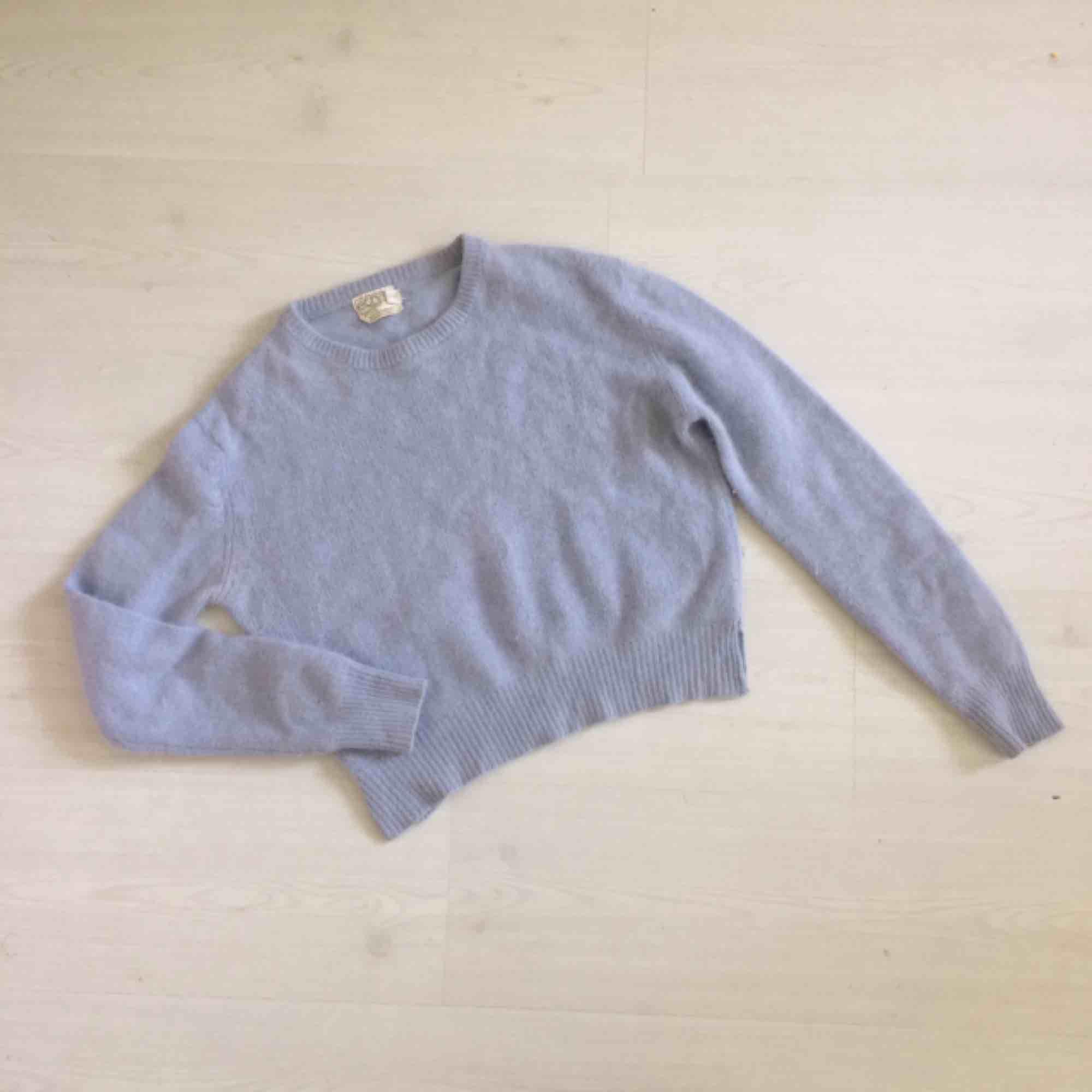 Jättefin tröja köpt vintag i London. Ljuslila färg och materialet är ull och angora, jättemjuk! Se materialet på andra bilden, dock finast i verkligheten. Något kortare modell som ni ser så den är skitsnygg nu till sommaren.. Tröjor & Koftor.