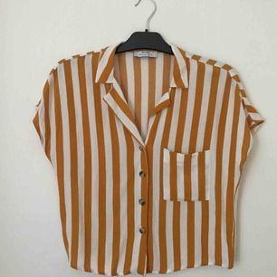 Randig oversized skjorta från Bershka i storlek S! Använd max 3 gånger så i fint skick. Fraktkostnad på 30 kr tillkommer. Pm för frågor eller fler bilder! 💞