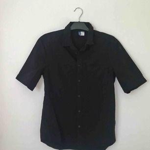 Kortärmad bomullsskjorta från H&M! Använd en gång men sitter lite för tight för min smak så hoppas någon annan kan få användning för den 💕 Frakt på 30 kr tillkommer. Pm för frågor/fler bilder 🌷