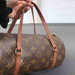 Säljer denna coola lv väska, den är vintage men den kommer med äkthetsbevis🌹🌹Är öppen för alla frågor ang den🤑nypris;ca 11/12000