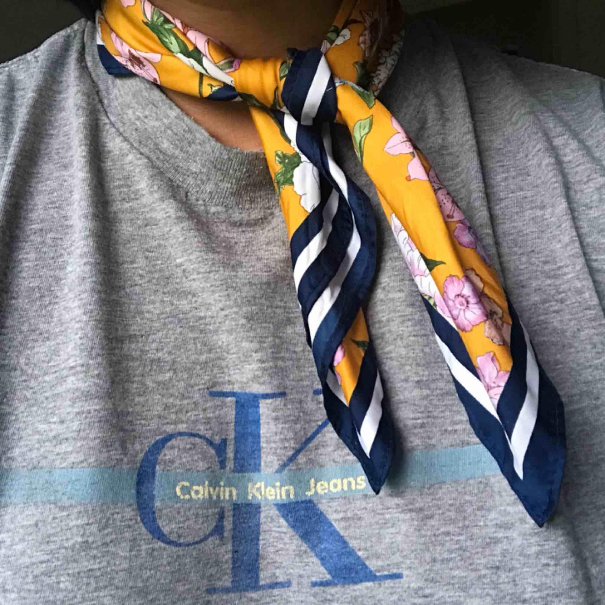 Mönstrad sjal från H&M i sidenliknande tyg! Fin att ha i håret, runt halsen eller på någon väska. Aldrig använd. Frakt på 10 kr tillkommer. Pm för frågor/fler bilder 🌻. Accessoarer.