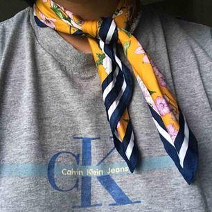 Mönstrad sjal från H&M i sidenliknande tyg! Fin att ha i håret, runt halsen eller på någon väska. Aldrig använd. Frakt på 10 kr tillkommer. Pm för frågor/fler bilder 🌻