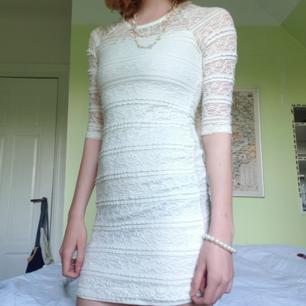 Klänning perfekt till t.ex avslutning, säljer även halsbandet