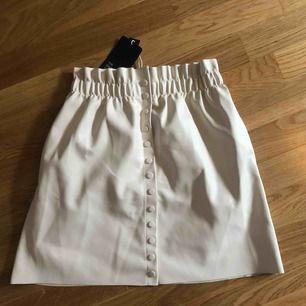 Beige läder kjol från zara med fickor som göms lite, helt ny + frakt inkluderas i priset