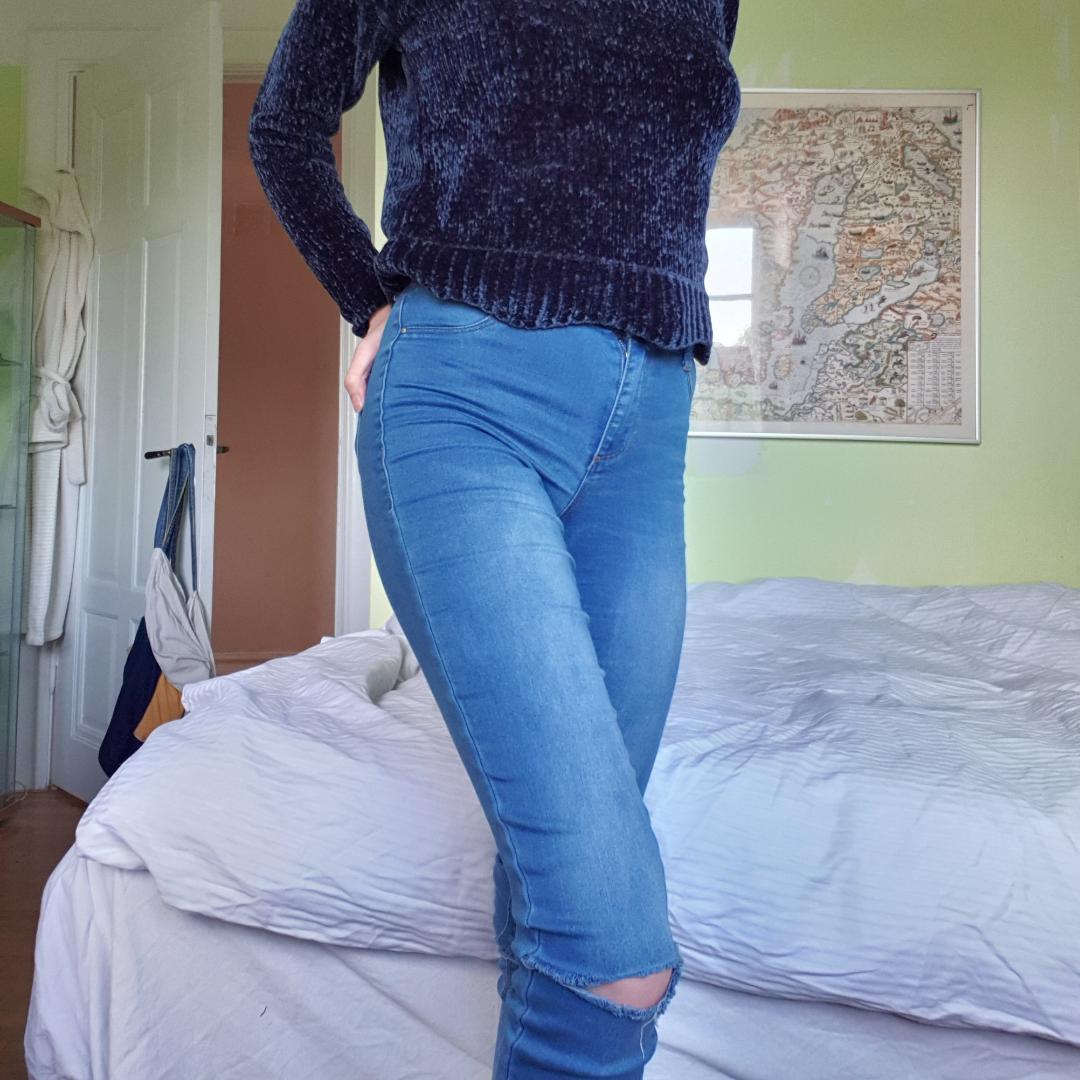 Jeans med tippade knän, säljer även tröjan.. Jeans & Byxor.