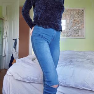 Jeans med tippade knän, säljer även tröjan.