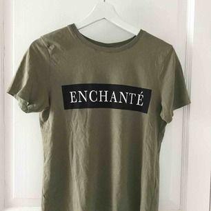 Millitärgrön t-shirt i fint skick Köparen står för frakten