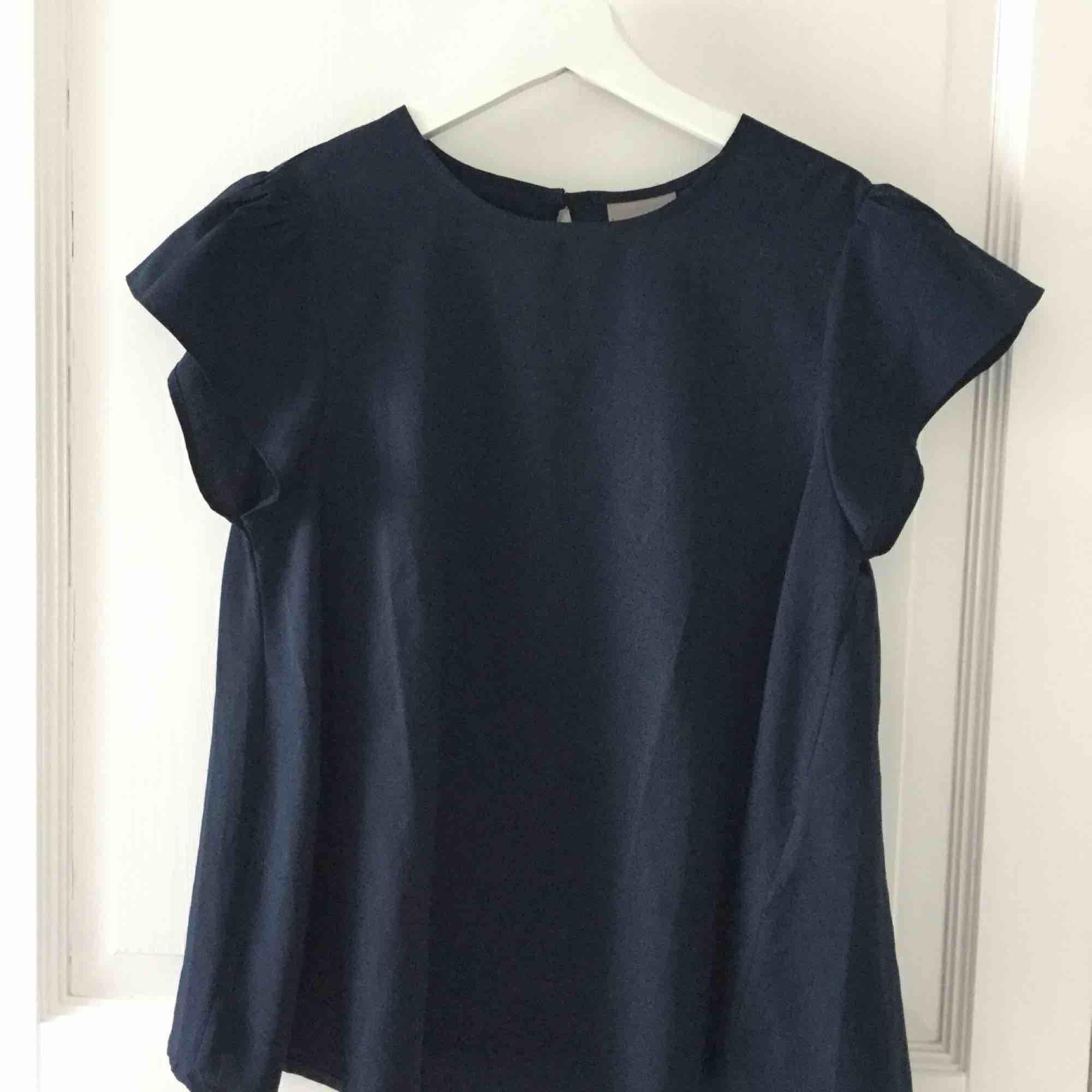 Marinblå blus i mycket fint skick Köparen står för frakten . Blusar.