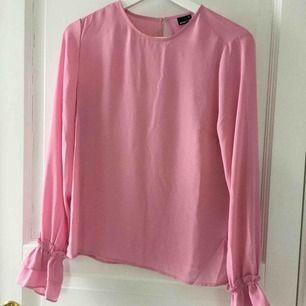 Ljusrosa blus, använd 2ggr så den är som ny Köparen står för frakten