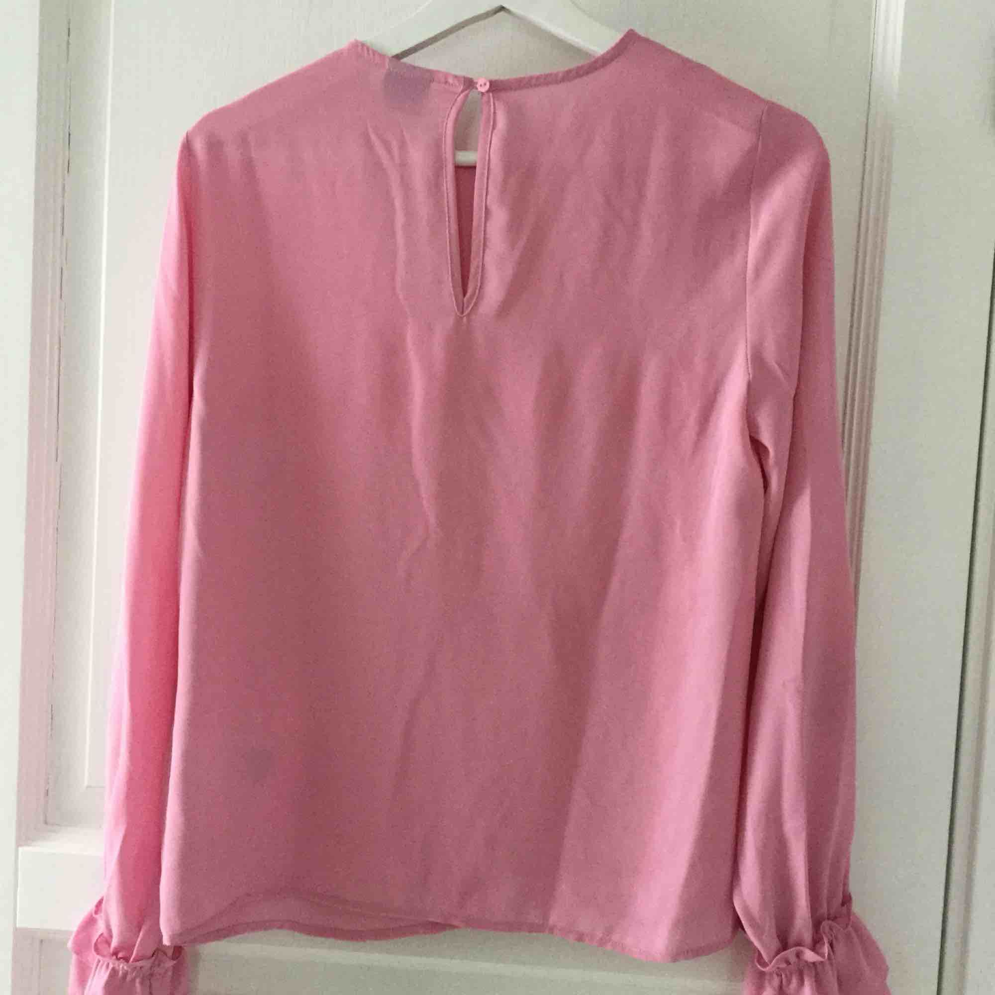 Ljusrosa blus, använd 2ggr så den är som ny Köparen står för frakten . Blusar.