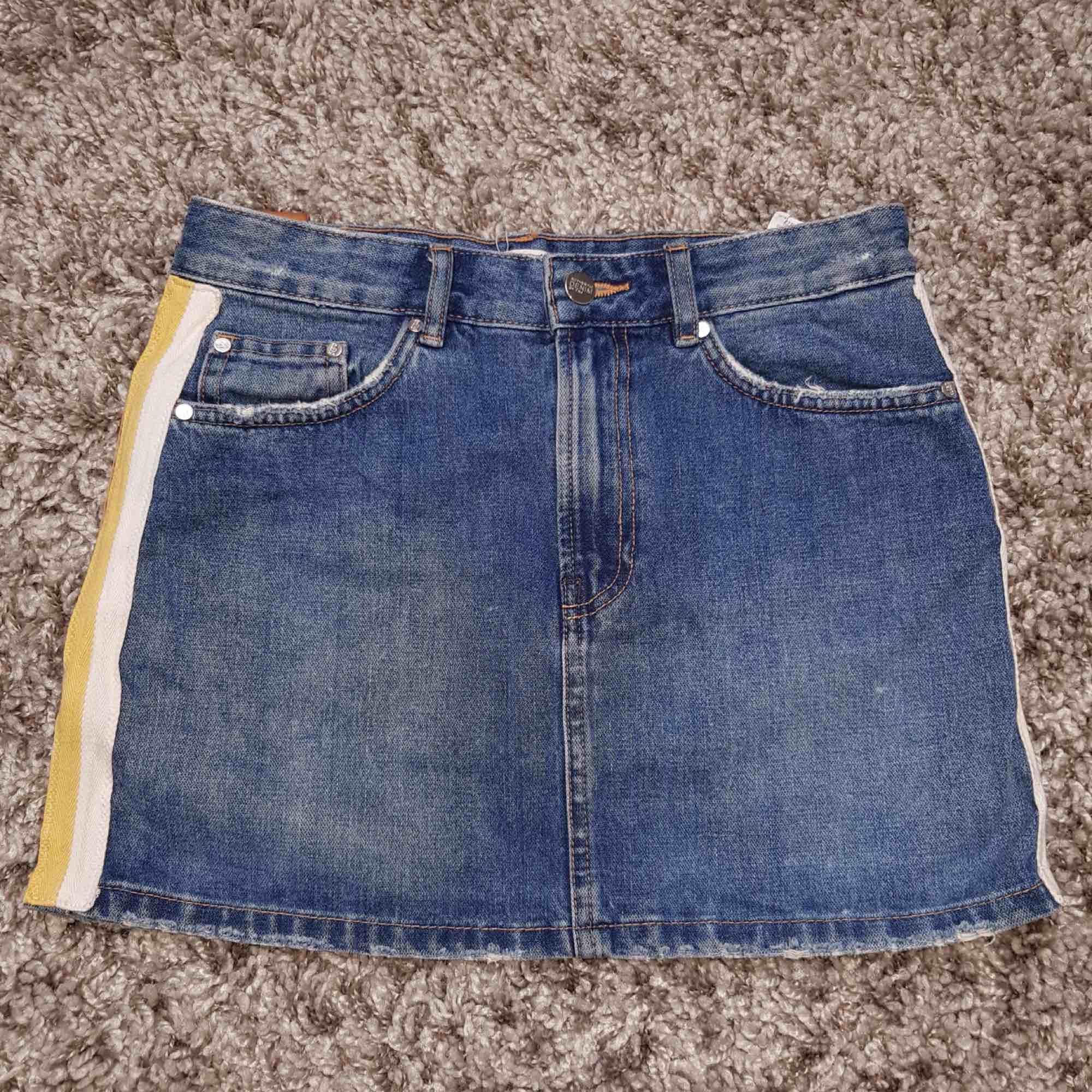 Jeanskjol med gult och vitt band på sidan, en är liten i storleken mer som en XXS/XS Köparen står för frakten. Kjolar.