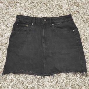 Svart jeanskjol, liten i storleken, mer som XXS/XS Köparen står för frakten