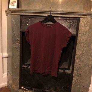 Röd t-shirt med uppvikta ärmar från Rut&circle. Fin passform.