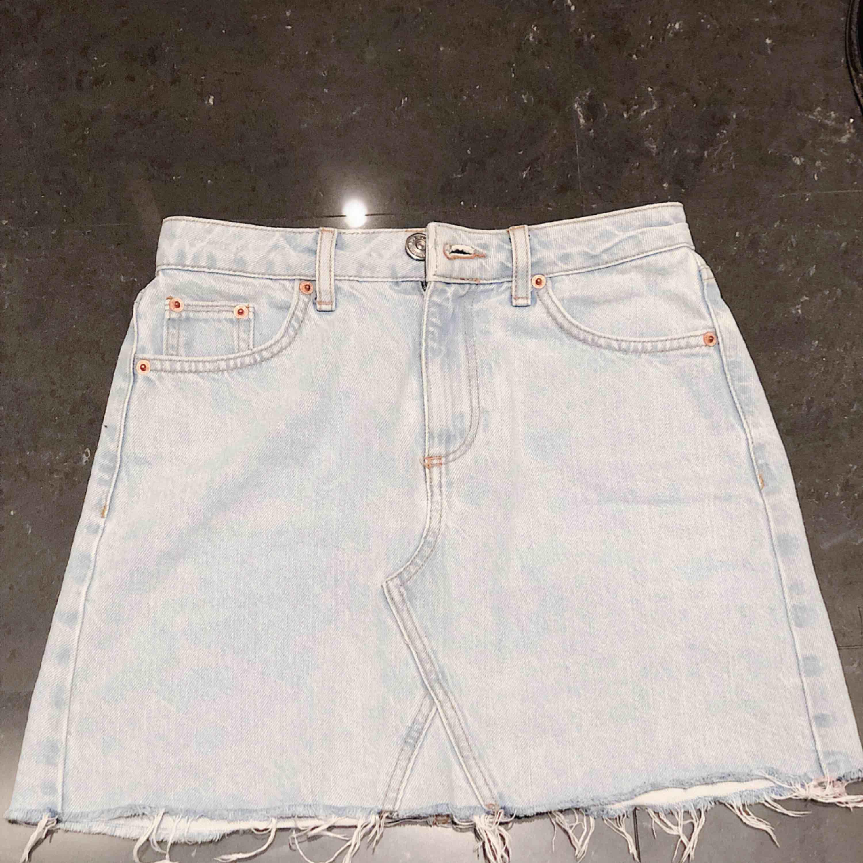 Jeans Kjol från Urban Outfitters använd fåtal gånger.  Storlek XS  Säljer då den är för liten för mig.  Köpt för 300kr men säljer för 125kr  Pris kan diskuteras . Kjolar.