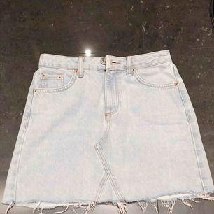 Jeans Kjol från Urban Outfitters använd fåtal gånger.  Storlek XS  Säljer då den är för liten för mig.  Köpt för 300kr men säljer för 125kr  Pris kan diskuteras